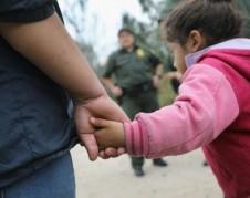 Madre inmigrante indocumentada a la hora de ser entregada a la Patrulla Fronteriza en Texas. Foto: www.digitaljournal.com.