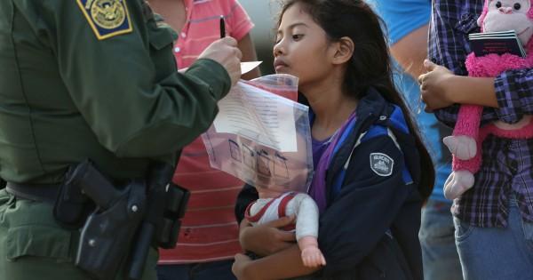 Niña inmigrante indocumentada detenida en la frontera sur de EEUU da sus datos personales a un agente de la patrulla Fronteriza antes de ser enviada a una cárcel para menores en un lugar desconocido. Foto: www.usatoday.com.