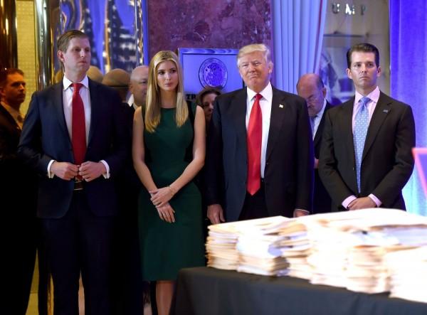 Familia Trump y el presidente, demandados por la Fiscalía General de Nueva York, que los acusa de violar leyes federales y locales a través de ilegales prácticas de triangulación financiera a través de instituciones caritativas. Foto: www.dailynews.com.