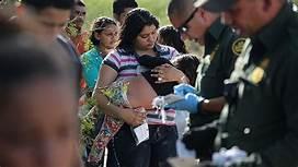 Agente de la Patrulla Fronteriza en Texas levanta un registro a una mujer centroamericana que se entregó a las autoridades, antes de que le arrebataran a su hija de 4 años. Foto: Univisión.