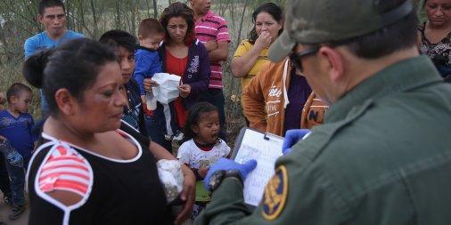Aquí, una mujer que se entrega en la frontera con México y donde el agente de migración le arrebata su hijo presuntamente para ponerlo a salvo. Foto: www.businessinsider.com