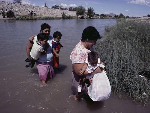 Emigrantes mexicanas cruzan el Río Grande cerca de El Paso, Texas. Foto: Danny Lehman / Corbis.