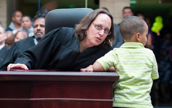 A pesar de los obstáculos muchos niños inmigrantes menores de 5 años comparecen ante jueces de Inmigración. Foto: www.immigrationimpact.com.