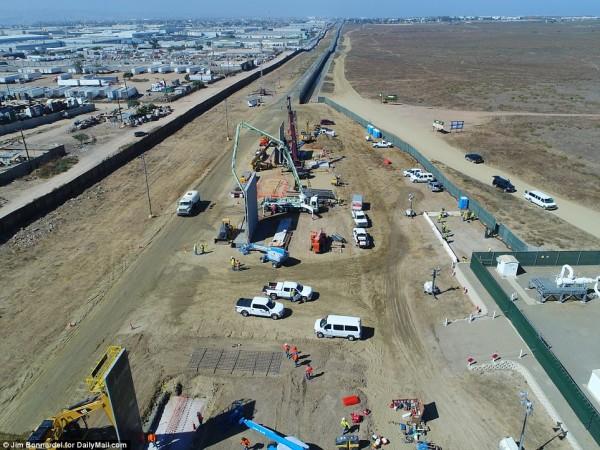 Fotos tomadas desde un avión no tripulado (drone) muestran la construcción que inicial de ocho nuevos prototipos de vallas fronterizas en el desierto de California. Foto: www.dailymail.com.