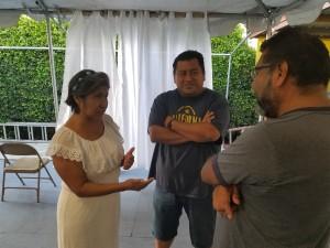 Abigail y Oscar Márquez conversan con Gaspar Rivera Salgado sobre arrollador triunfo de AMLO. Foto: Rubén Tapia.