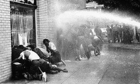 Los manifestantes de los derechos civiles son atacados con un cañón de agua. Foto: www. http://originalpeople.org.