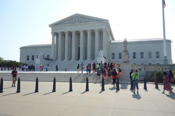 Estudiantes llegan a la Suprema Corte de Justicia, que prepara remplazo para la vacante que deja al juez Anthony Kennedy.