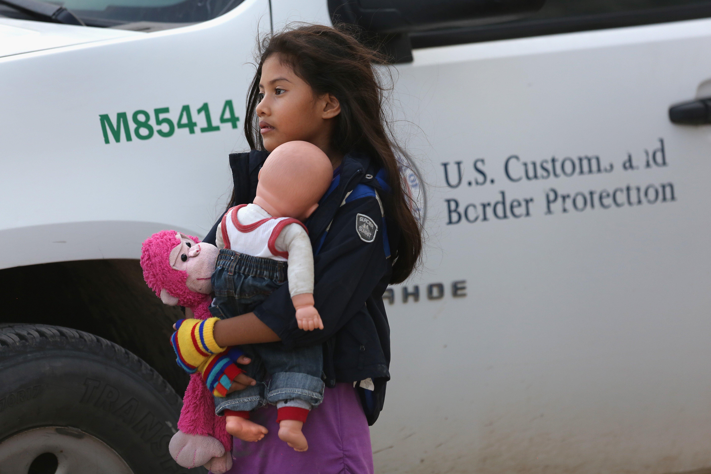 Luego de que detuvieron a su madre en la frontera de México con Texas, esta niña espera que un agente de la Patrulla Fronteriza le indique cuál será su próximo destino. Foto: www.blog.amnestyusa.org.