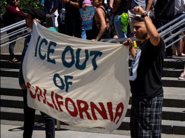 Protestan contra la agencia de Inmigración y Control de Aduanas, ICE. Foto: www.calmatters.org.