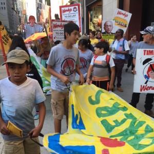 Los hijos de los trabajadores de la coalición también marcharon  y gritaron consignas en el recorrido de la protesta de CIW en Nueva York. Foto: MVG.