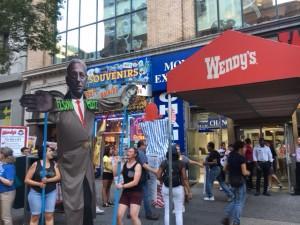 El estandarte con la figura de Nelson Peltz recorrió la 5ta avenida señalado como el villano. Foto: MVG.