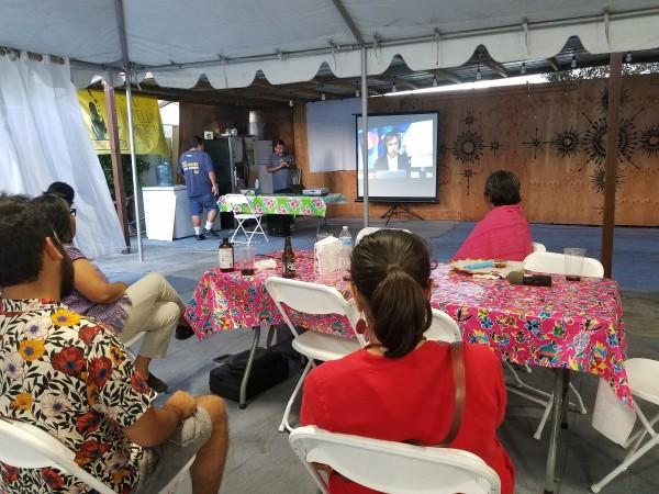 Mexicanos pendientes de los resultados electorales en las oficinas del Centro Binacional Indígena Oaxaqueño, FIOB, en Los Ángeles. Foto: Rubén Tapia.