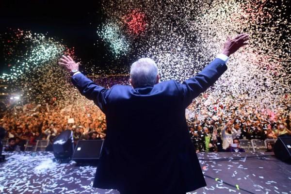 Andrés Manuel López Obrador, luego de haber votado él mismo. Tras saberse los resultados, en su discurso en el Zócalo donde lo esperaron sus seguidores hasta la madrugada del lunes 2 de julio de 2018 al saberse los resultados que le dieron el triunfo. Cálculos indican que la plancha de El Zócalo la llenan medio millón de personas. Estaba repleta esa noche, como muchas de las calles  que confluyen a esa plancha de concreto donde se halla el corazón político de México. Foto: www.pulicnewsupdate.com.