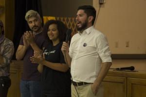 Marco Castillo, de la organización Global Exchange y coordinador del evento Town Hall Summer dando la bienvenida a las personas presentes.