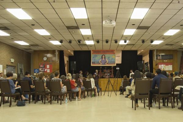 """Miembros de organizaciones y miembros de la comunidad listos para escuchar los temas a discusión en el evento de foro comunitario """"Town Hall Summer""""."""