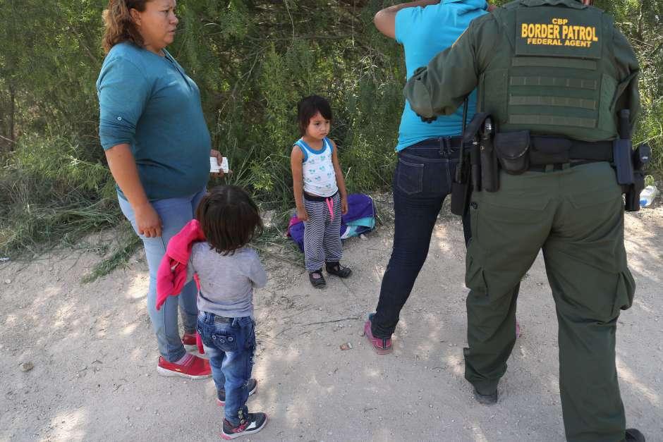 Detención de familias migrantes, por parte de la Patrulla Fronteriza en un punto de entra a Estados Unidos en Texas. Foto: www.laopinion.com.