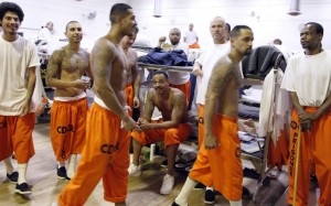Reclusos caminan alrededor de un gimnasio donde están alojados debido a la sobrepoblación en la prisión estatal de la Institución de California para Hombres en Chino, CA, el 3 de junio de 2011. Foto: Reuters / Lucy Nicholson.