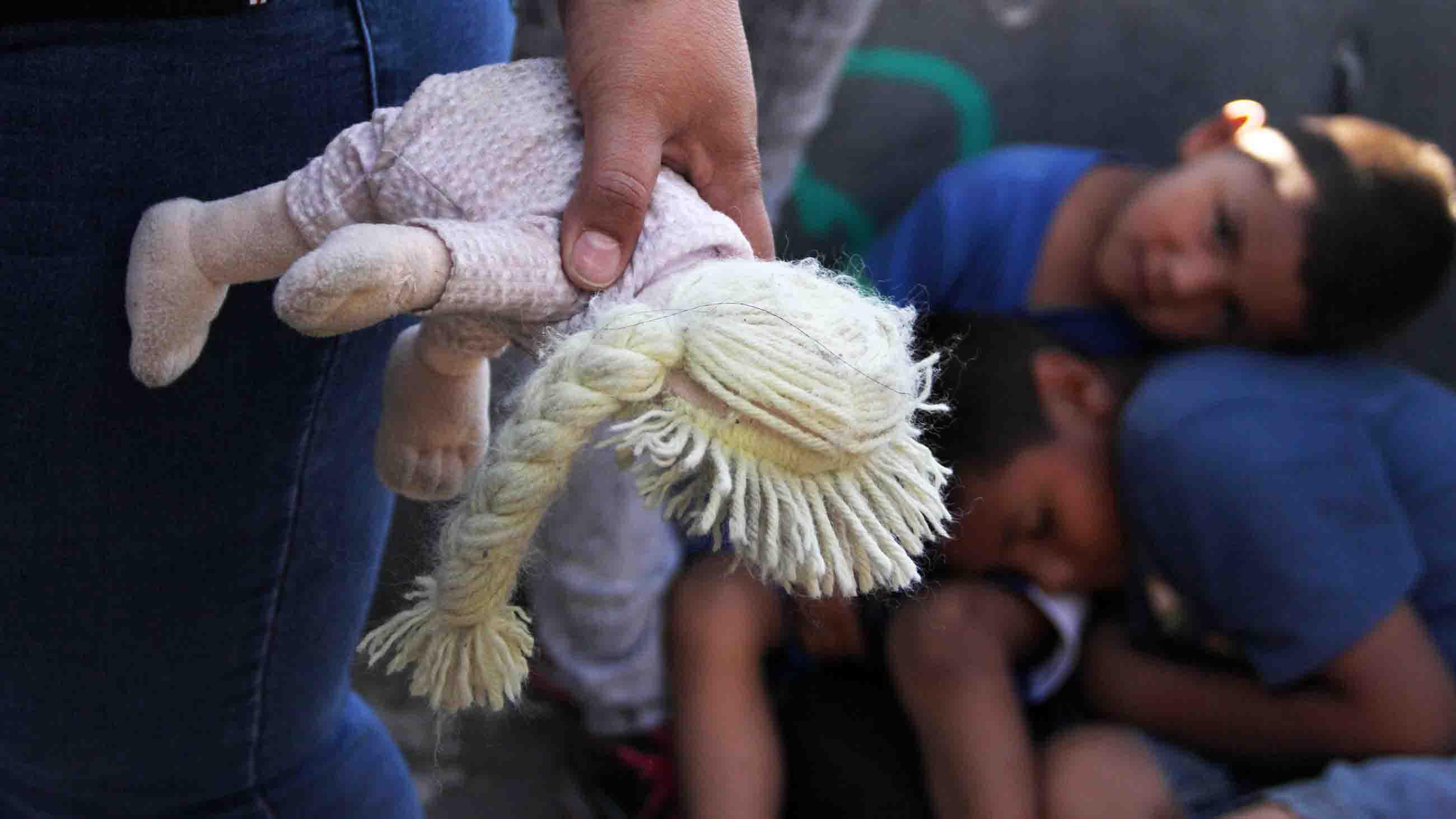 Los médicos y expertos en bienestar dicen que los niños separados de sus familias pueden experimentar un trauma duradero. Foto: www. undark.org.