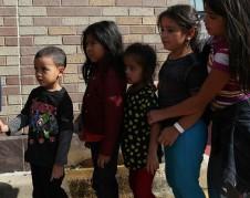 Niños inmigrantes indocumentados separados de sus familias en la frontera y reubicados silenciosamente en desconocidos sitios de todo el país. Funcionarios de la ciudad y del estado de Nueva York dicen que no han tenido conocimiento de las mudanzas, incluso cuando cuentan con instalaciones grandes disponibles para albergar a los niños. Loren Elliott / Reuters.