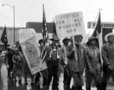 Eran tiempos difíciles en Texas y en todo el país, de resistencia y defensa de los ataques hasta físicos contra los defensores de los derechos civiles. En la imagen, manifestantes en Texas. Foto: www.youtube.com.