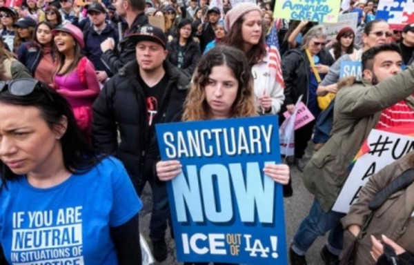 En una protesta en Los Ángeles California, tras conocerse el rechazo de un juez federal a las intenciones de la administración Trump de bloquear las leyes santuario. Foto: www.posta.com.mx.