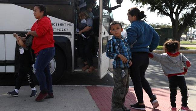 Juez Dana Sabraw prohíbe separaciones de familias inmigrantes y ordena su reunificación en un plazo de 14 a 30 días, cuya fecha límite vence el 26 de julio.
