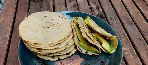 Tortilla Mexicana de maíz, con la que se hacen los tacos que aparecen al lado. Foto: El País.