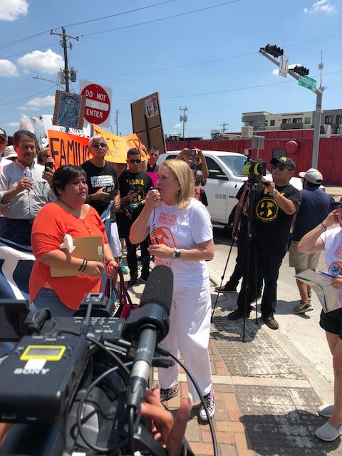 Candidata Sylvia García critica las políticas de 'cero tolerancia' del gobierno de Trump frente a una de las instalaciones carcelarias a punto de iniciar operaciones.