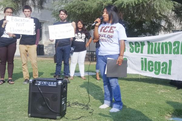 Activista se manifiestan a las afueras del foro en Fresno sobre el cumplimiento de la Ley Santuario.