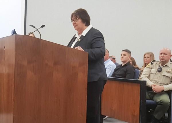 La Sheriff del Condado de Fresno, Margaret Mims, se dirige a la udiencia del Foro sobre transparencia y cumplimiento con la Les SB54 en la ciudad de Fresno, California.