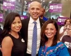David García, con dos entusiasta mujeres que lo apoyan en la celebración de su nominación como candidato demócrata a la gubernatura de Arizona.