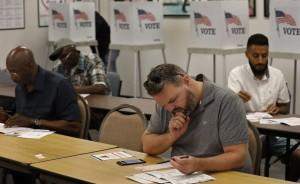 Votando en el condado de Los Ángeles, California. Foto: Los Angeles Times.
