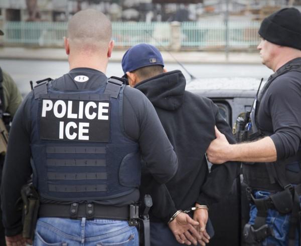 Arresto en L.A. de un inmigrante indocumentado por agentes de ICE. Foto: Prensa Asociada.