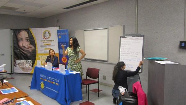 Concejal angelina Nury Martínez, explica de manera muy emotiva a un grupo de promotoras de salud, cómo está combatiendo la trata de personas.