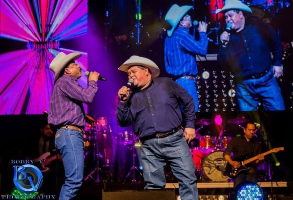 Los músicos de Tejano Conjunto Emilio y Raulito Navaira comparten escenario. Foto: Guadalupe cultural Center.
