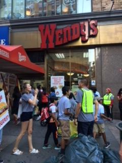 Aliados de la CIW arengan frente a un restaurante de Wendy's en la 5ta avenida del Midtown en Manhattan.