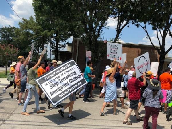 Indignados manifestantes se oponen a que se abra el centro de detención de niños migrantes.