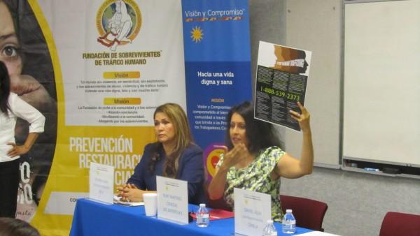 Nury Martínez, concejal del Distrito 6 de Los Ángeles muestra un afiche con un número telefónico para denuncias.