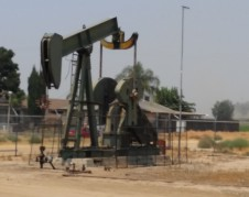 Pozo petrolero a un lado de zona residencial en Arvin. Foto: Cortesía de Gustavo Aguirre.