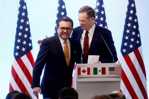 El Representante de Comercio de Estados Unidos, Robert Lighthizer, abraza al Ministro de Economía mexicano Ildefonso Guajardo durante una conferencia de prensa conjunta sobre el cierre de las pláticas a cerca del TLC. Foto: The Globe and Mail.