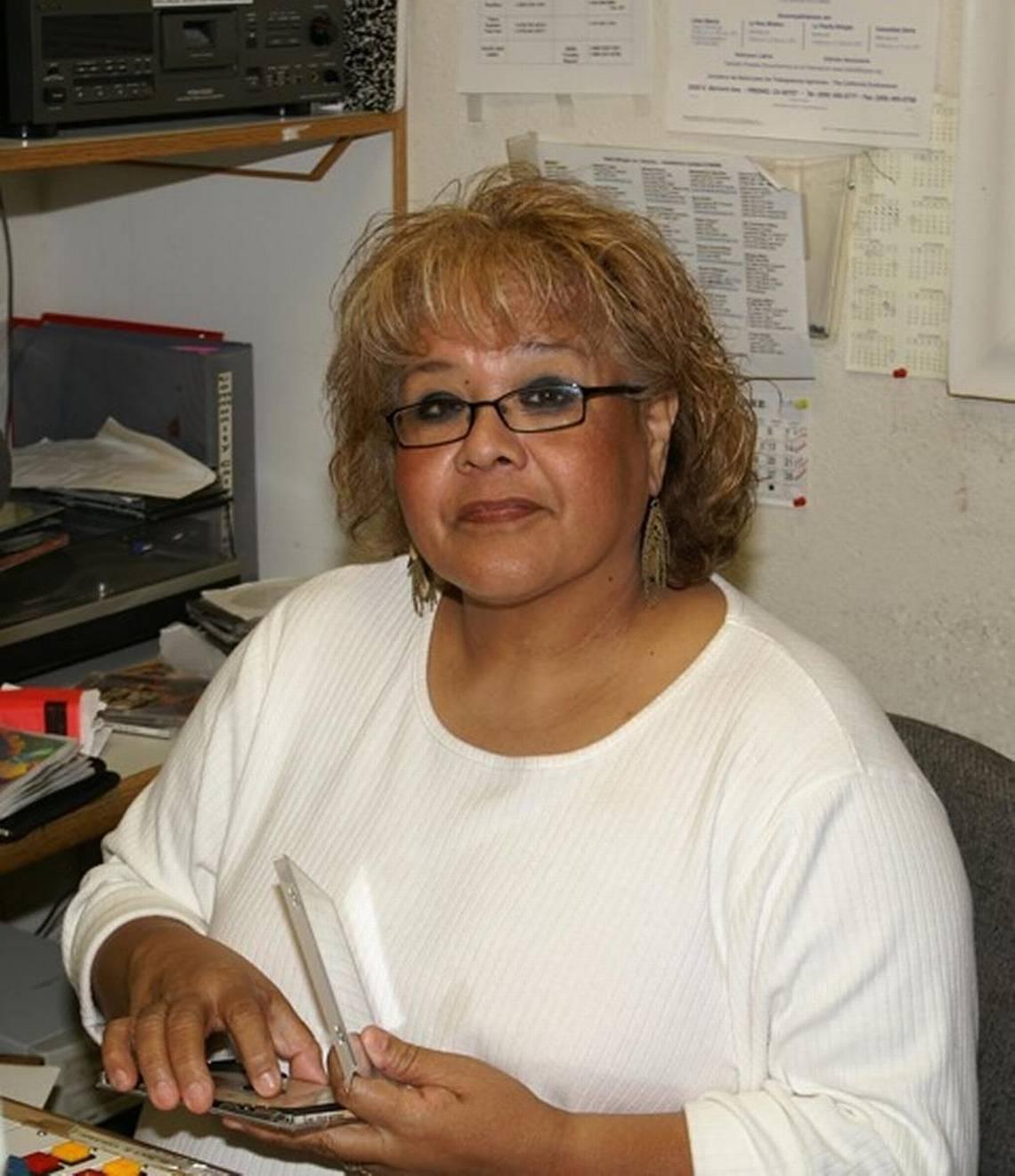 La señora Alma Garza, legendaria promotora y difusora de la música texana, se recordará siempre con cariño en Radio Bilingüe, donde hizo uso del micrófono por décadas. Foto: Radio Bilingüe.