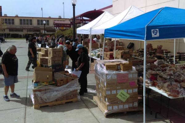 Todos los miércoles, cerca de 500 estudiantes de Sacramento City College se detienen para recoger los productos frescos entregados por el Sacramento Food Bank, que los estudiantes distribuyen al estilo de los agricultores. Fotyo: Cortesía de Sacramento Food Bank and Family Services.