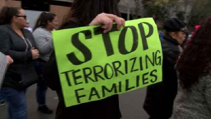 Manifestantes demandan la Salida de ICE de la Corte del Condado de Fresno. Foto: One News Page.