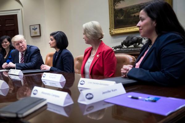 Seema Verma, izquierda, la administradora de los Centros federales para servicios de Medicare y Medicaid, en la Casa Blanca el año pasado. CreditCreditDoug Mills The New York Times