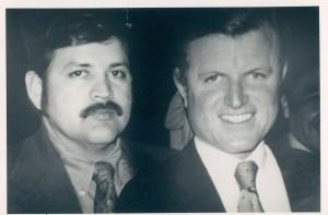 """En los principios de su carrera política el profesor Ray Gonzáles acompañado por el senador demócrata Edward """"Ted"""" Kennedy. Foto: www.bakersfield.com."""