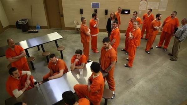 Presos en un programa de tratamiento de drogas en Knox, Indiana, esperan el almuerzo. Lo mismo puede verse a escala nacional. Foto: Huffpost.