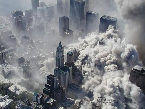Vista panorámica de los ataques a las desaparecidas Torres Gemelas del Centro Mundial de Comercio en la ciudad de Nueva York, 11 de septiembre de 2001. Foto: Yahoo.