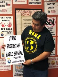 Alain Cisneros con FIEL, sosteniendo el cartelón que utilizó para ayudar a los damnificados de Harvey.