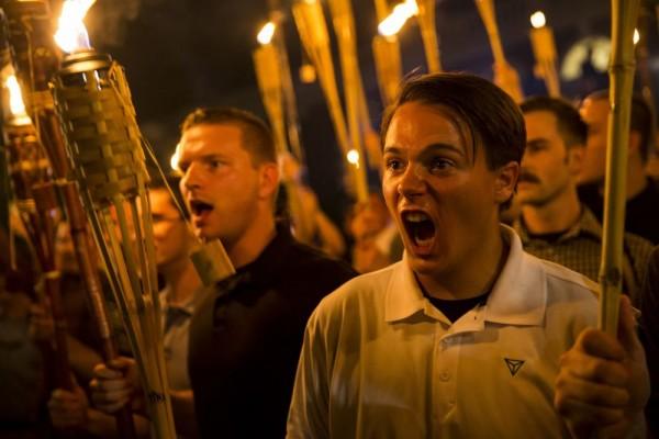 Nacionalistas blancos extremistas aterrorizaron a una multitud pacífica que se manifestaba en Charlottesville, cobrando la vida de una persona, Heather Heyer. Foto: @KermaneB.