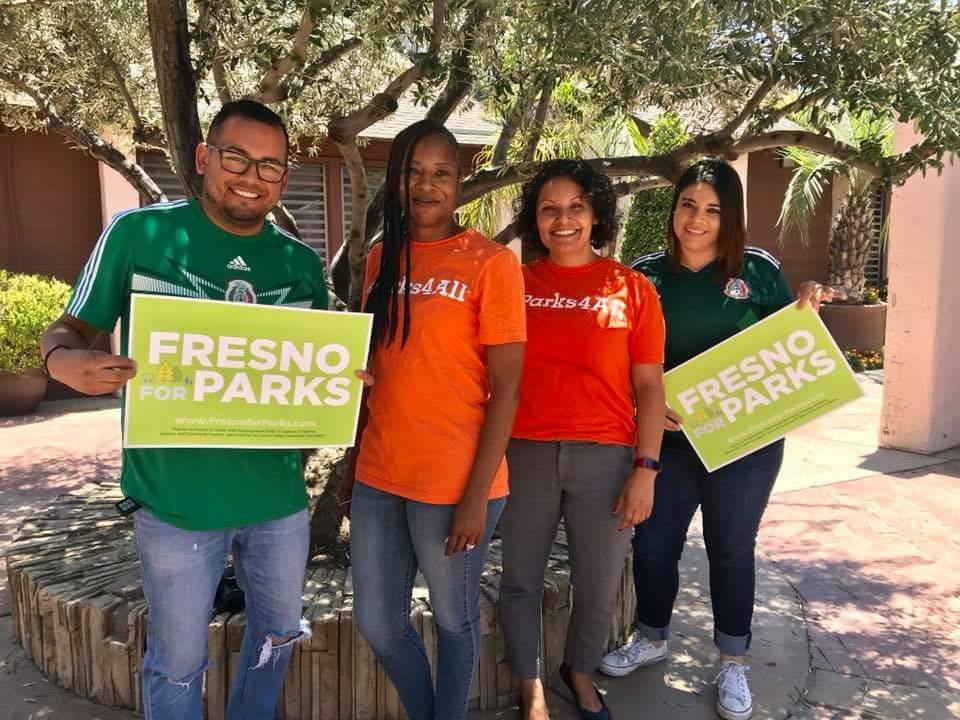 Miembros de la organización Building Healthy Communities, promoviendo la creación de más parques públicos para Fresno.